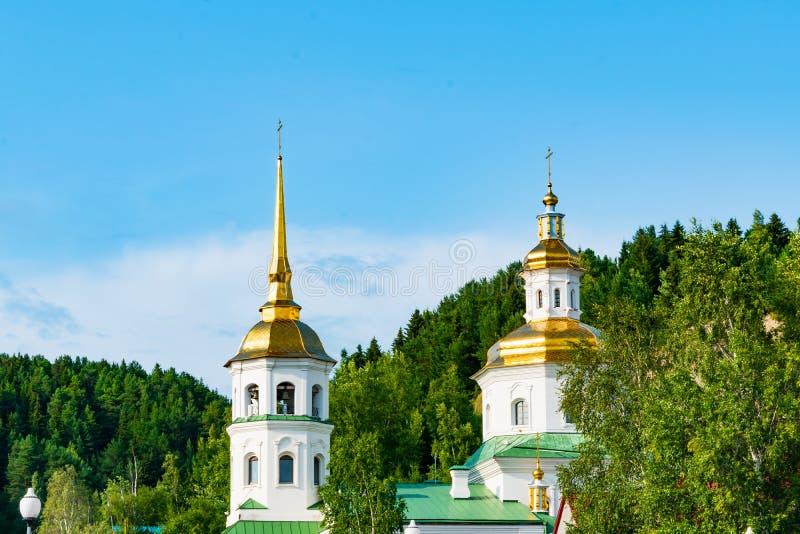 Piccolo Christian Orthodox Church moderno, un tempio nella città contro lo sfondo degli alberi e del cielo blu verdi immagine stock