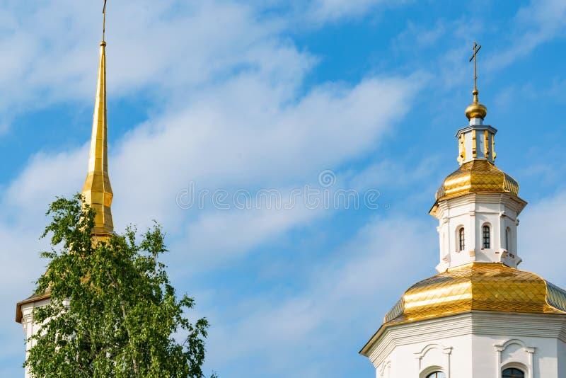 Piccolo Christian Orthodox Church moderno, un tempio nella città contro lo sfondo degli alberi e del cielo blu verdi immagini stock libere da diritti