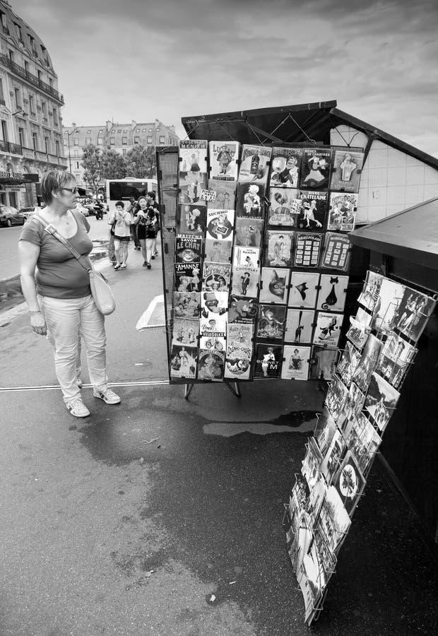 Piccolo contatore del negozio di ricordo con le cartoline a Parigi fotografie stock libere da diritti