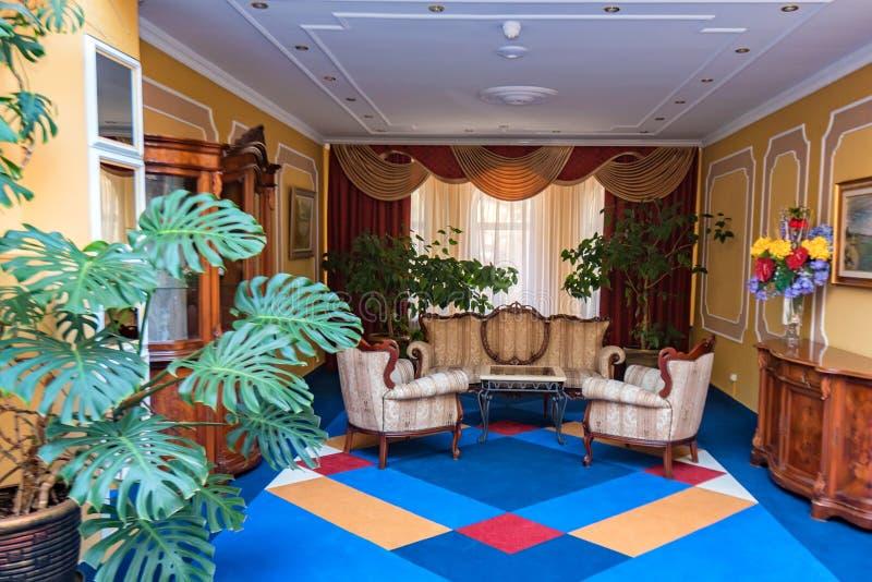 Piccolo corridoio accogliente variopinto in hotel moderno fotografie stock libere da diritti