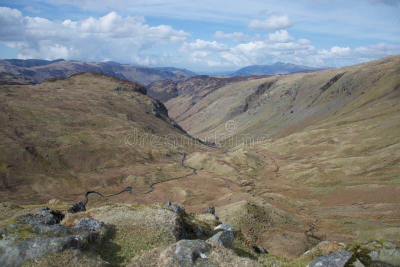 Piccolo corso d'acqua in un livello paludoso della valle nel distretto inglese del lago delle montagne immagine stock