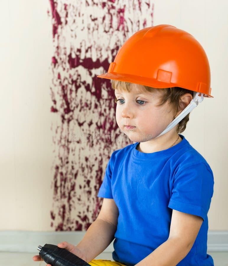Piccolo costruttore in casco arancio fotografia stock