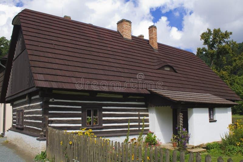 Piccolo cottage circondato dai fiori immagine stock libera da diritti