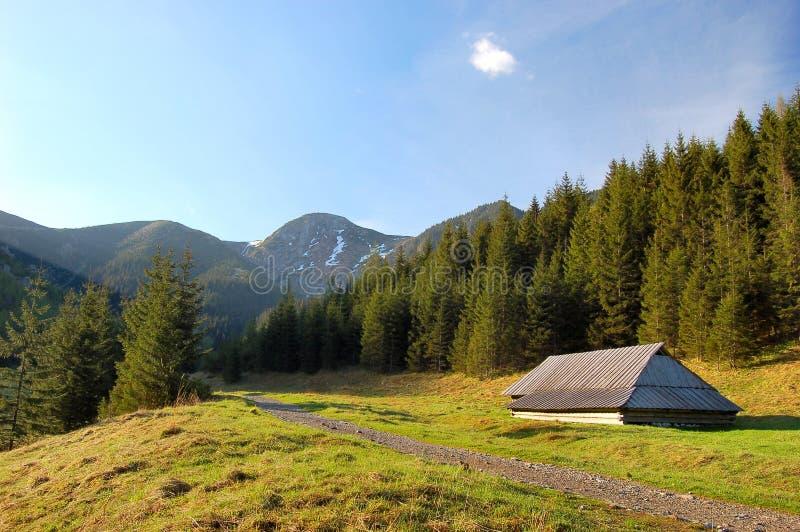 Piccolo cottage, riparo in montagne polacche di Tatra immagini stock libere da diritti