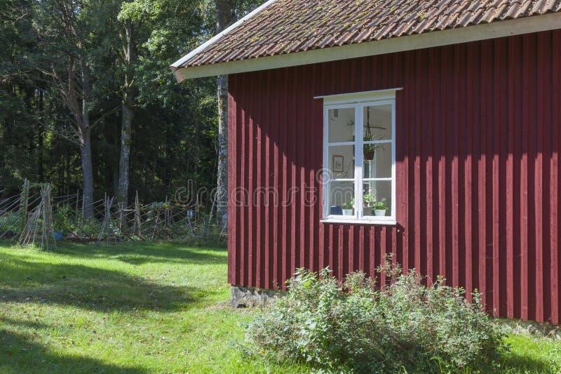 Piccolo cottage rosso immagini stock