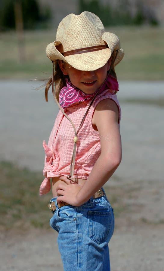 Piccolo Cowgirl con l'atteggiamento fotografia stock libera da diritti