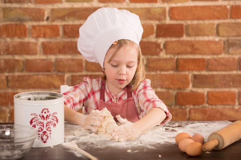 Piccolo cuoco unico felice nella cucina immagini stock libere da diritti