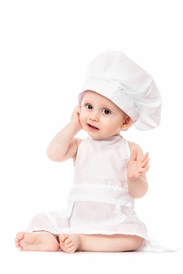 Piccolo cuoco unico Neonato adorabile vestito in cappello del cuoco unico di s Isolato su bianco Gioco del bambino grande risoluz fotografie stock libere da diritti
