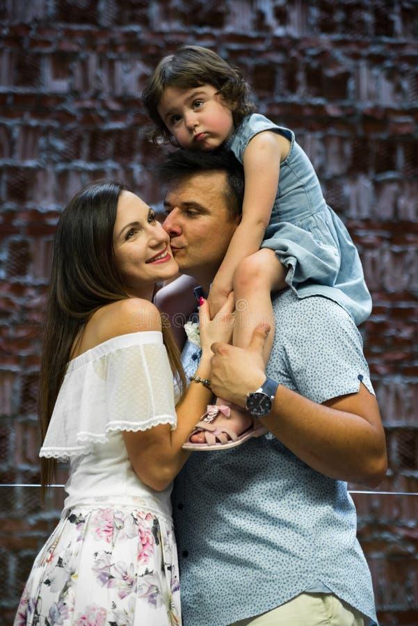 Piccolo derivato sveglio ed i suoi giovani genitori fotografia stock libera da diritti