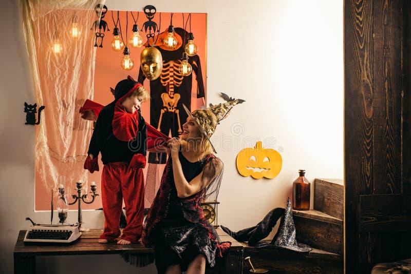 Piccolo diavolo felice sveglio e giovane stregone della madre Concetto di Halloween della famiglia 31 ottobre Migliori idee per H fotografie stock