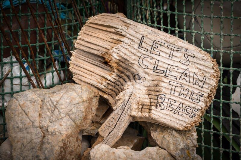 Piccolo dire di legno del segno ha lasciato il ` s pulisce questa spiaggia fotografia stock