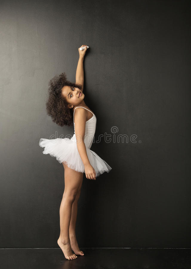Piccolo disegno sveglio del ballerino di balletto con il gesso fotografia stock libera da diritti