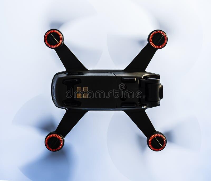 Piccolo drone chiuso mentre si vola sopra fotografia stock libera da diritti