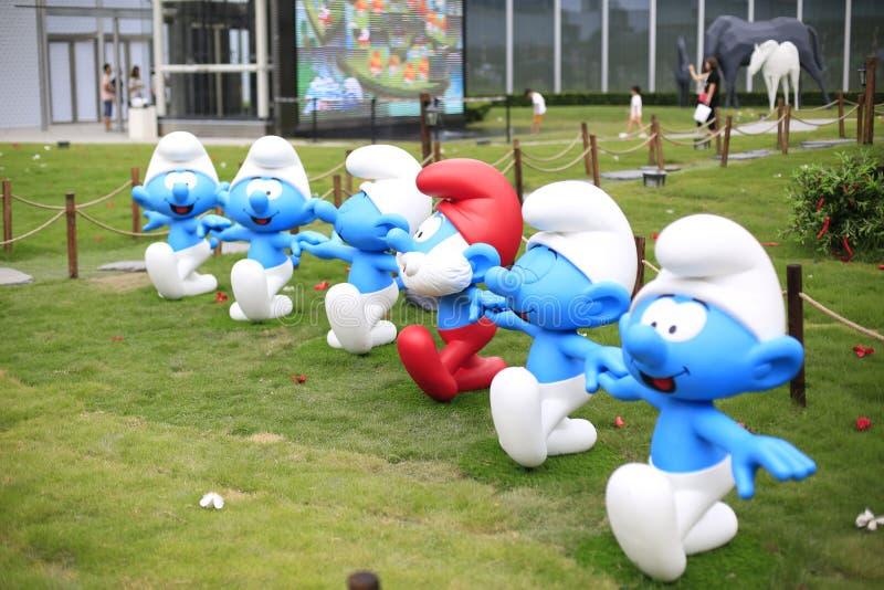 Piccolo elfi blu in una fila fotografie stock libere da diritti