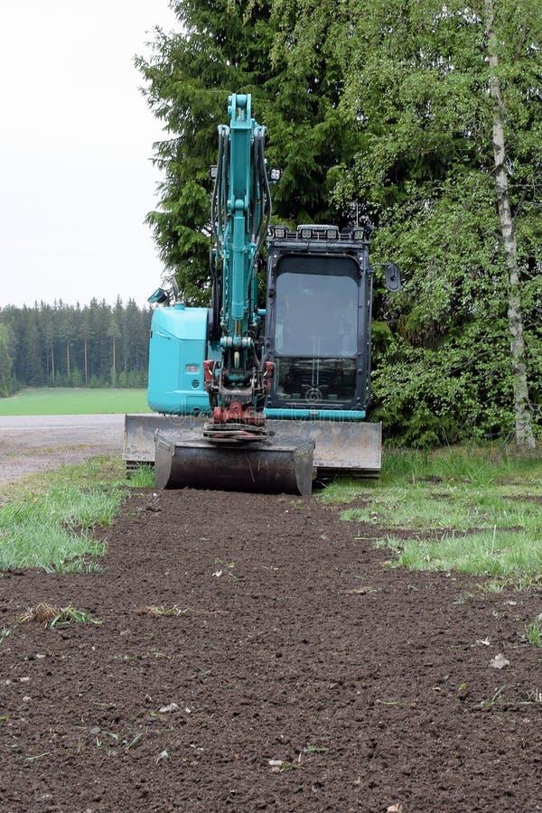 Piccolo escavatore in giardino immagini stock libere da diritti