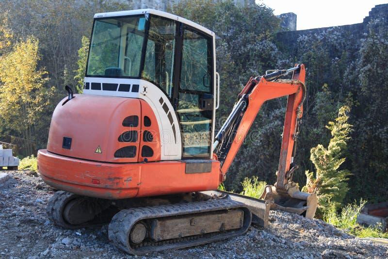 Piccolo escavatore sul cantiere fotografia stock libera da diritti