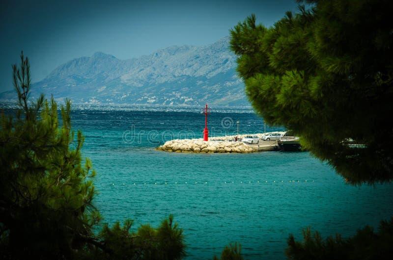 Piccolo faro in Baska Voda, Makarska riviera, Dalmazia, Croa fotografie stock libere da diritti