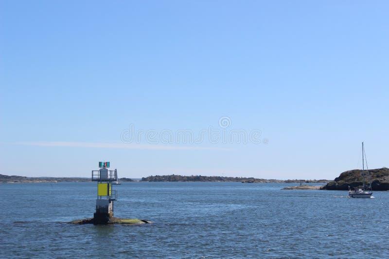 Piccolo faro moderno nell'arcipelago di Gothenburg, Svezia fotografia stock