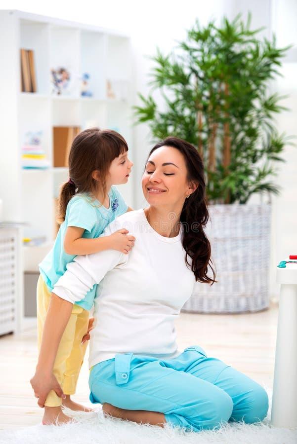 Piccolo figlia abbraccia la mamma Famiglia felice ed amore Giorno del `s della madre fotografia stock
