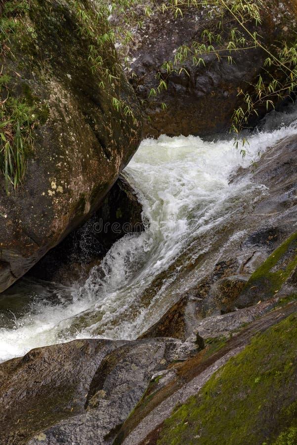 Piccolo fiume che passa le rocce immagine stock