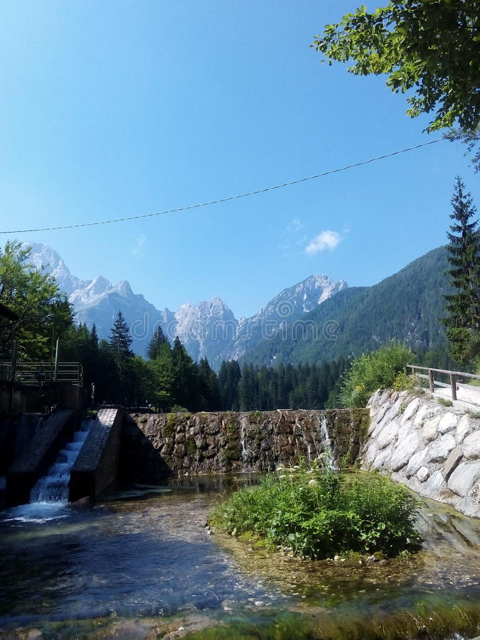 Piccolo fiume con le montagne fotografie stock