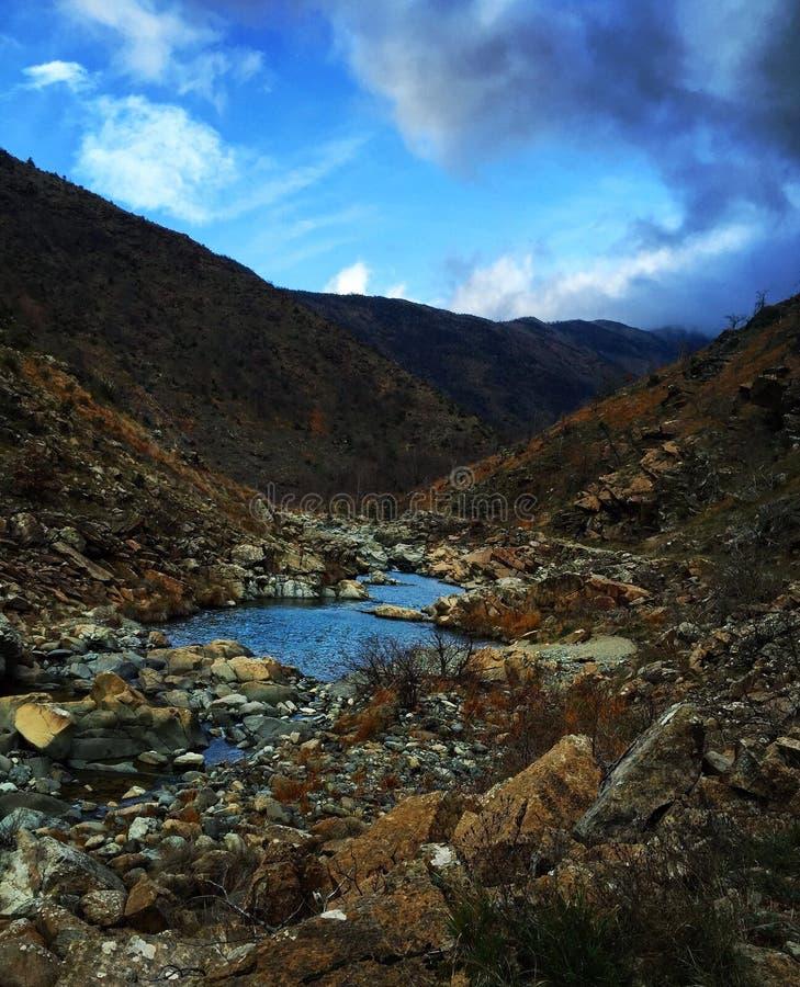 Piccolo fiume in montagna immagine stock