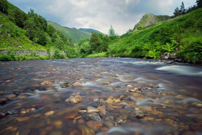 Piccolo fiume in Scozia fotografie stock libere da diritti