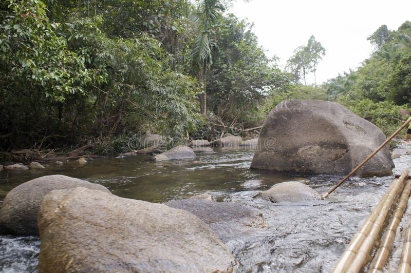 Piccolo fiume veloce in Tailandia tutti i massi enormi immagini stock
