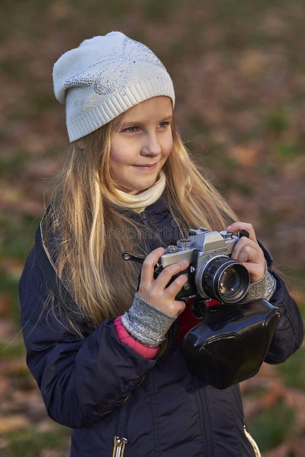 Piccolo fotografo in un parco di autunno immagini stock