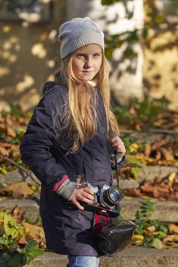 Piccolo fotografo in un parco di autunno fotografie stock libere da diritti