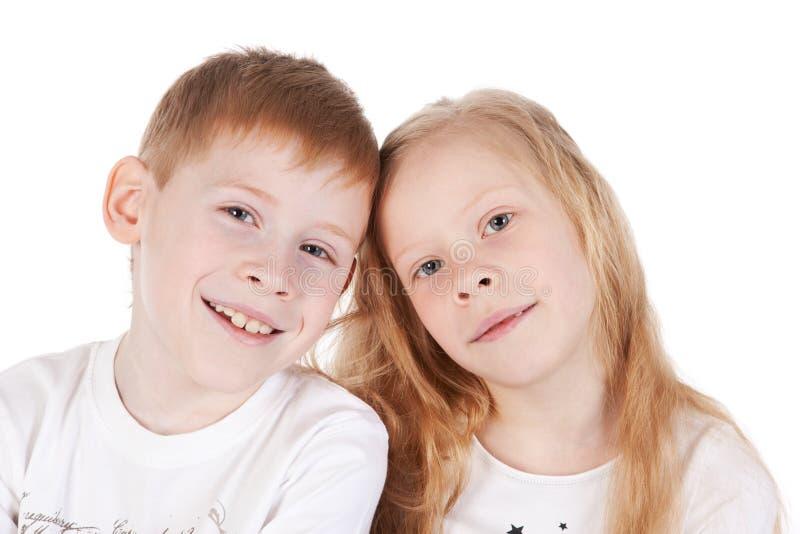 Piccolo fratello e sorella sopra bianco immagini stock