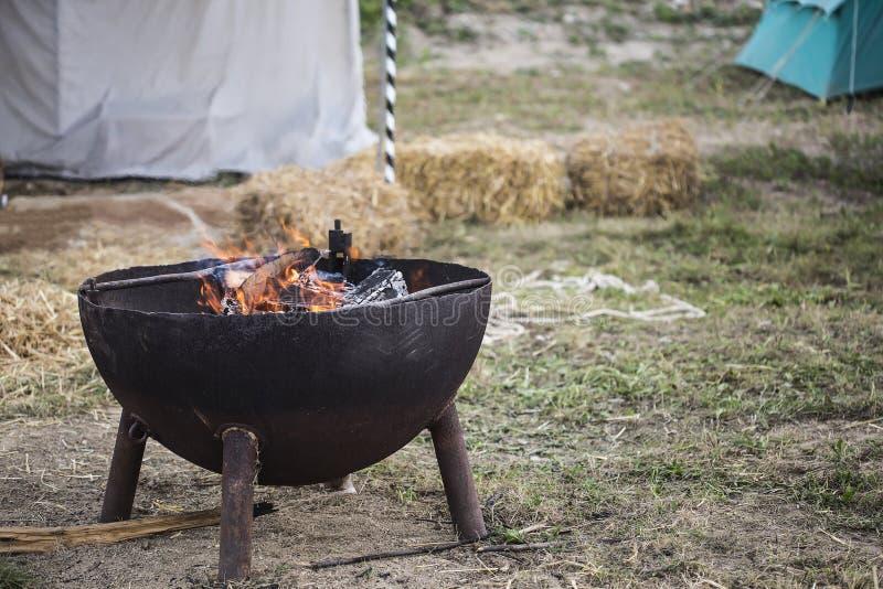 Piccolo fuoco bruciante del campo in contenitore immagini stock