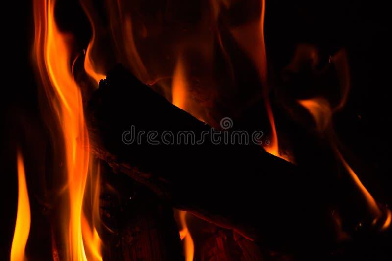 Piccolo fuoco con le fiamme rosse luminose immagine stock libera da diritti