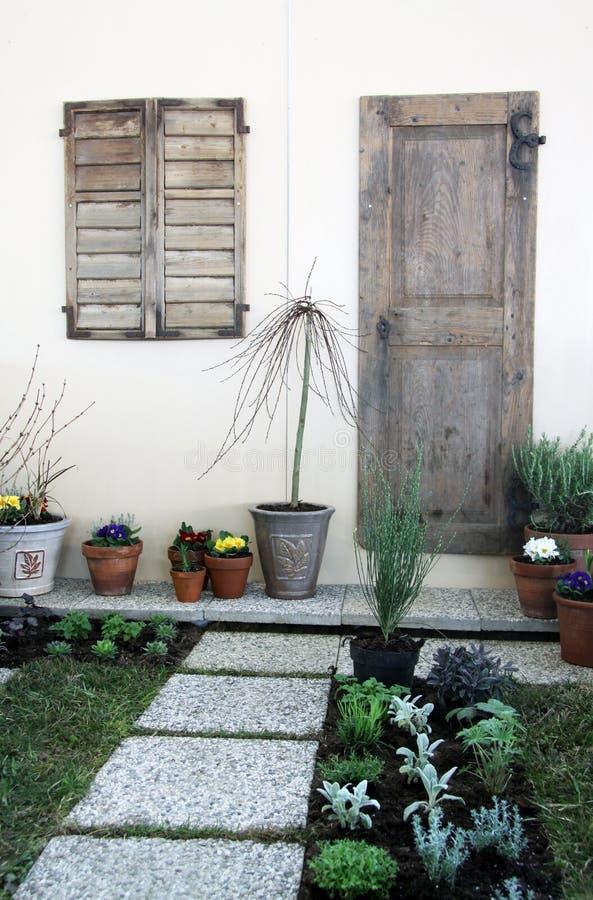 Piccolo Giardino Del Terrazzo In Vasi Fotografia Stock - Immagine di ...