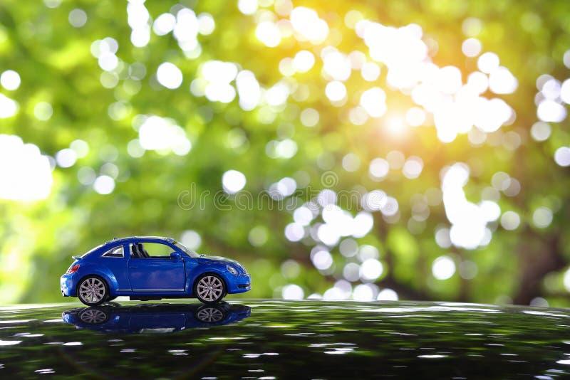 Piccolo giocattolo dell'automobile del veicolo che determina viaggio stradale di viaggio in natura immagini stock libere da diritti