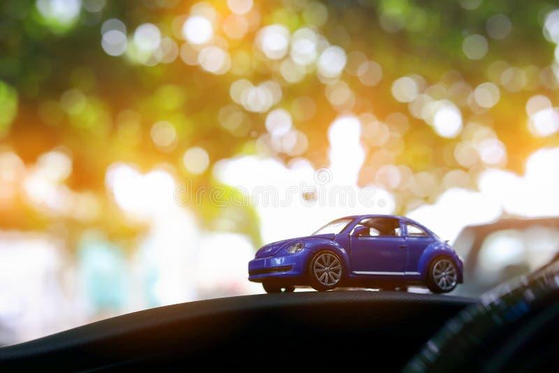 Piccolo giocattolo dell'automobile del veicolo in natura di verde del bokeh fotografia stock