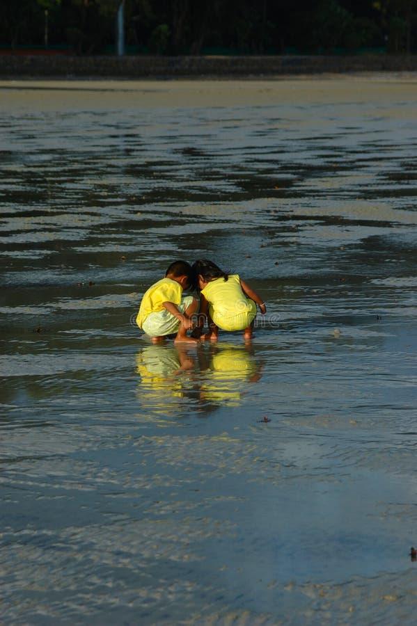 Piccolo gioco della ragazza e del ragazzo in sabbia. Krabi, Tailandia. fotografia stock libera da diritti