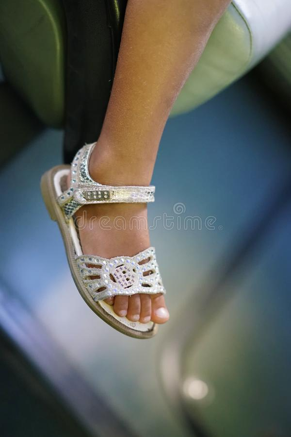 piccolo girl& x27; piede di s con il sandalo di cuoio fotografia stock libera da diritti