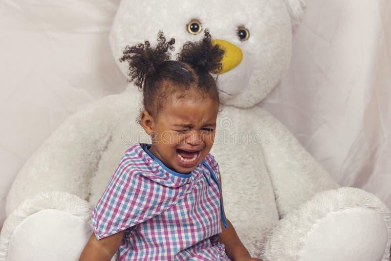 Piccolo gridare della neonata fotografia stock
