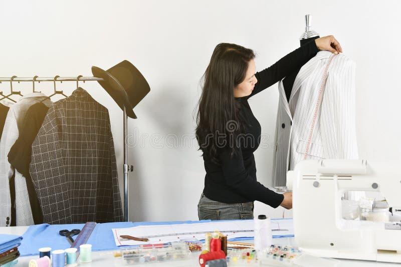 Piccolo imprenditore, progettista del sarto da donna che fa modello e l'indumento di misura, stilista asiatico fotografie stock