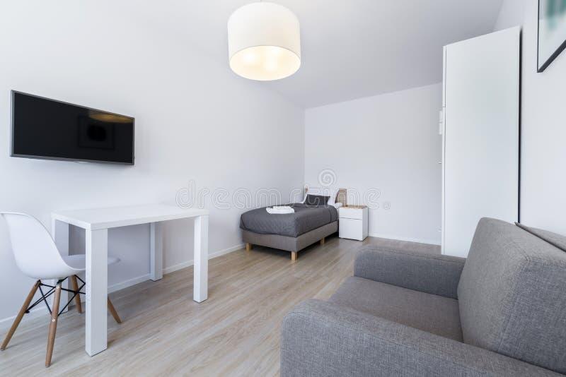 Piccolo, interior design moderno della stanza di sonno fotografia stock