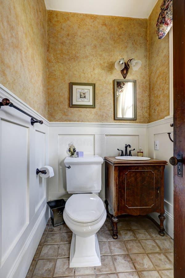 Piccolo interno del bagno con il gabinetto antico di for Inodoros antiguos