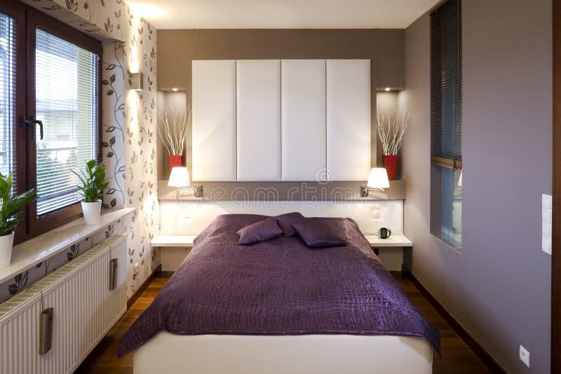piccolo interno della camera da letto fotografia stock libera da diritti
