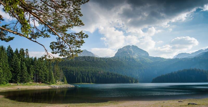 Download Piccolo lago immagine stock. Immagine di fiume, nubi - 56887891