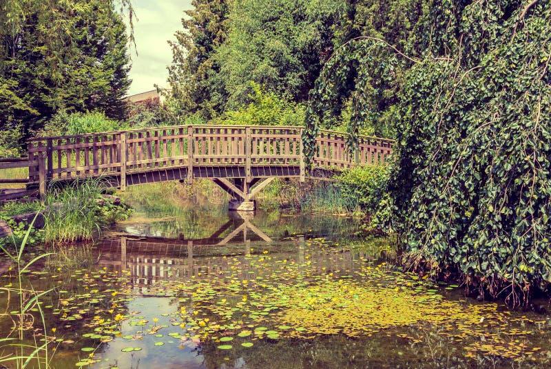 Piccolo lago artificiale, ponte di legno 2 fotografia stock libera da diritti