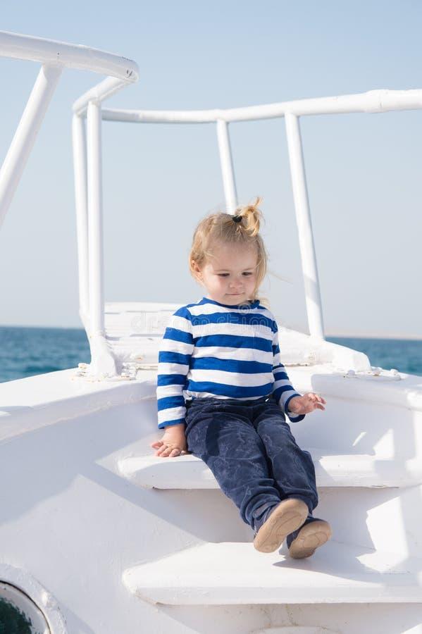 Piccolo marinaio sulla barca Vacanza di estate Felicit? di infanzia bambino del marinaio in camicia marina a strisce avventure di immagine stock libera da diritti