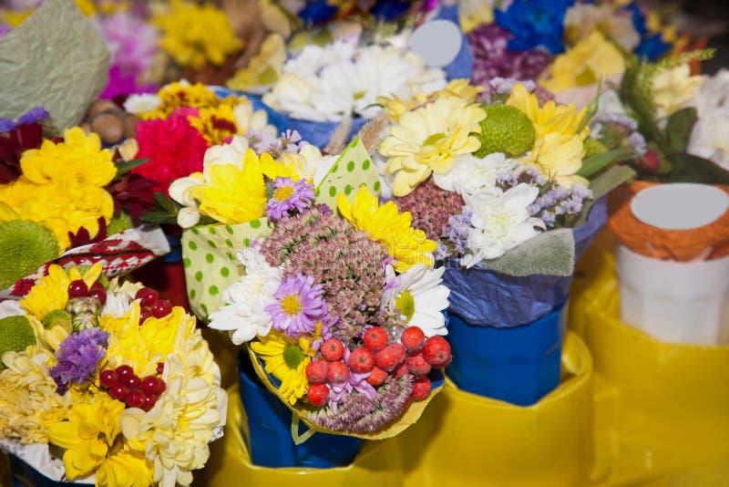 Piccolo mazzo dei fiori nel negozio della via immagini stock libere da diritti