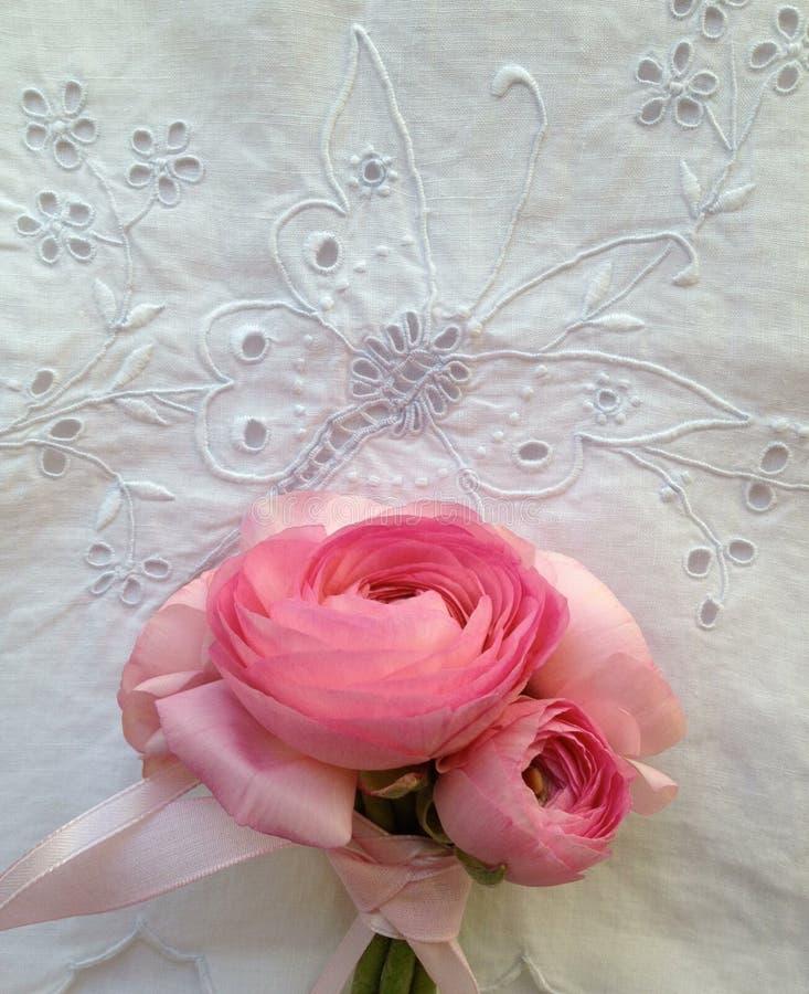 Mazzo rosa del fiore su tessuto fotografie stock libere da diritti