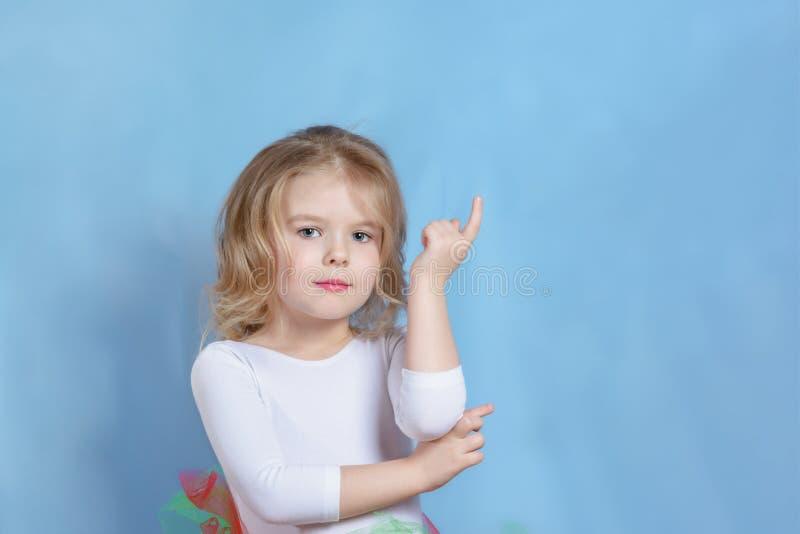 Piccolo modello biondo caucasico Studio Headshot della ragazza fotografie stock