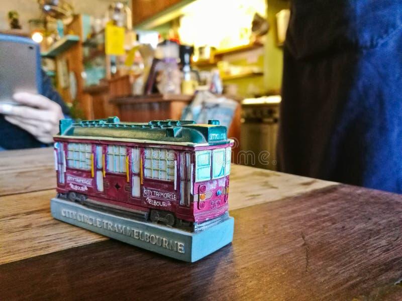 Piccolo modello minuscolo del giocattolo di Melbourne in un ristorante accogliente con molta gente fotografia stock libera da diritti
